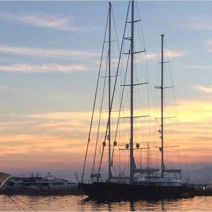 Liguria (Genova) l'incanto del tramonto sul porto cittadino