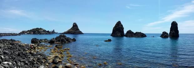 Sicilia - Acitrezza (Catania) con l'isola lachea e i suoi faraglioni